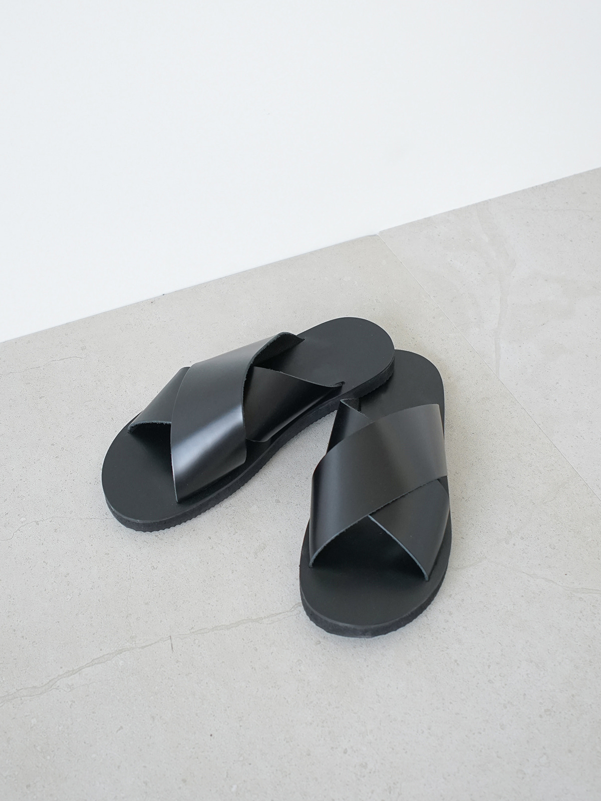 Cross Line Slipper Black